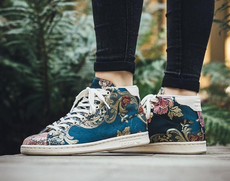 comment porter sneakers